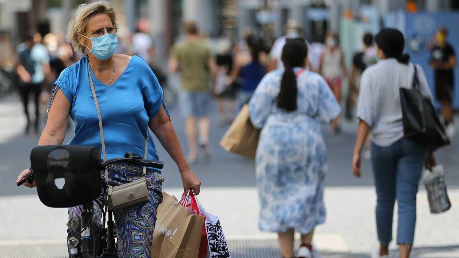 Una mujer con mascarilla en Amberes, Bélgica. François WALSCHAERTS / AFP