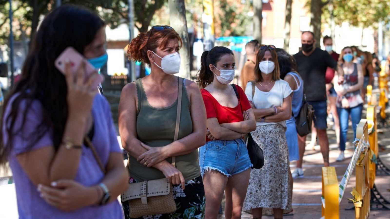 Un grupo de personas hace cola para someterse a una prueba de detección de coronavirus en Terrasa, Barcelona
