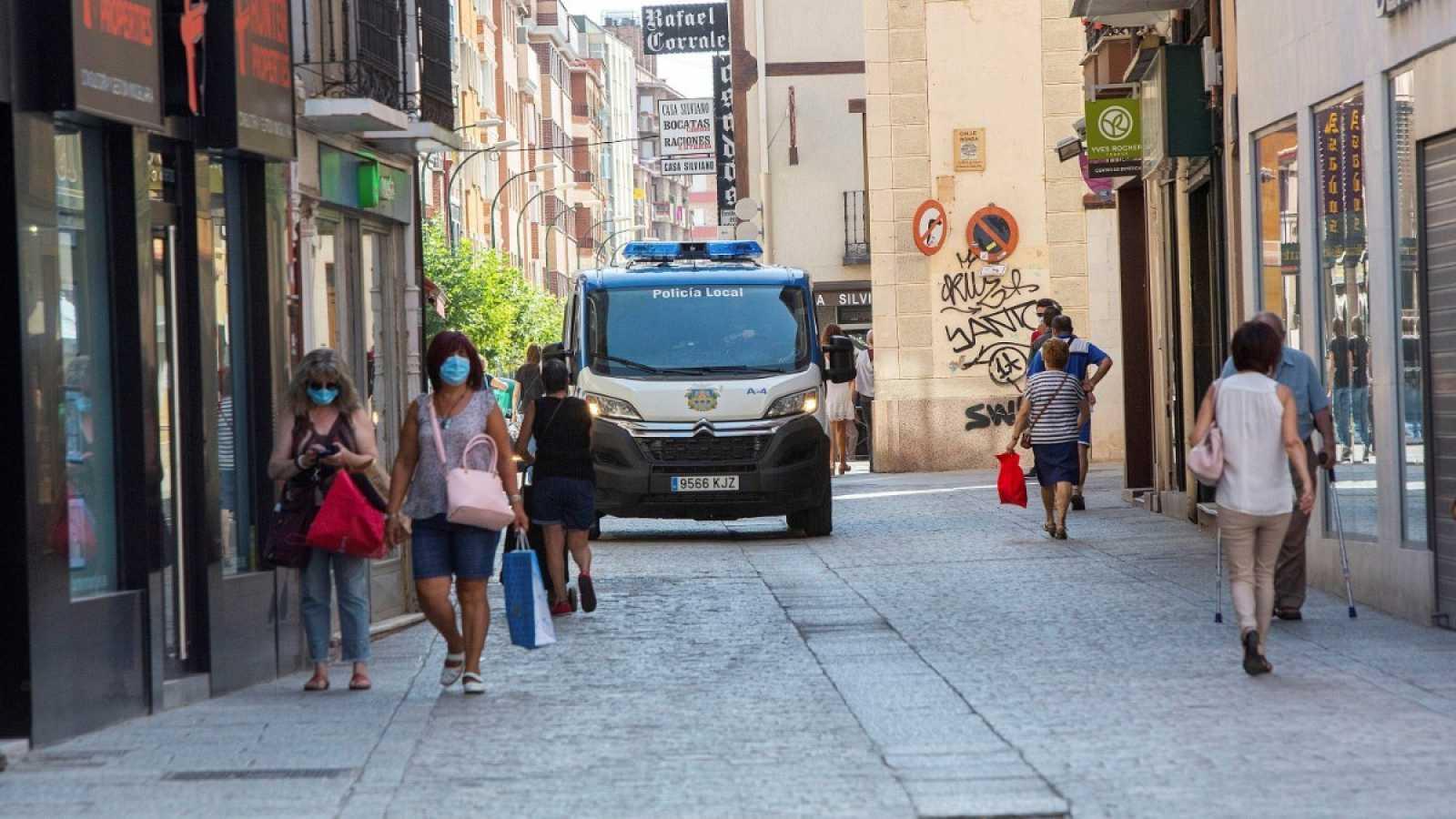 Un coche de policía circula por las calles de Aranda de Duero (Burgos)