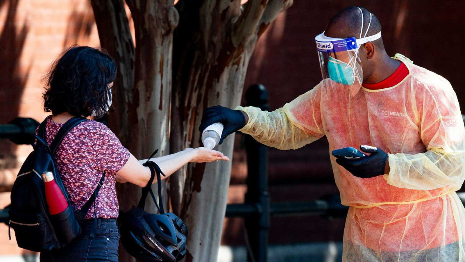 Una persona se lava las manos mientras se prepara para realizarse la prueba del COVID-19.