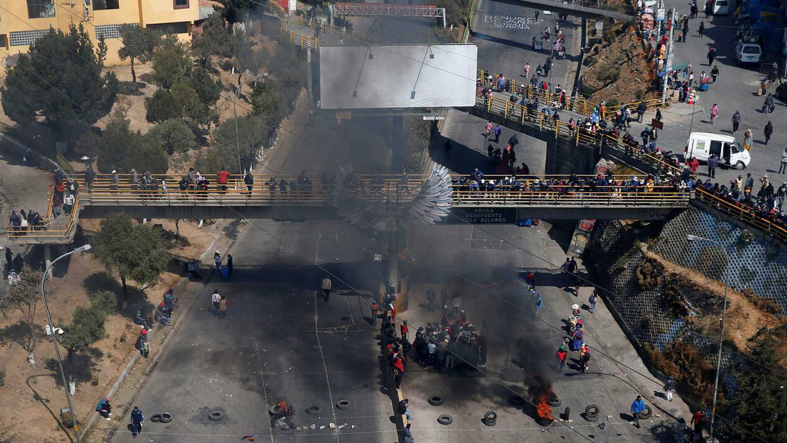 Vista aérea de un punto de bloqueo por partidarios del exlíder Evo Morales que exigen la celebración de las elecciones presidenciales, pospuestas debido al coronavirus.