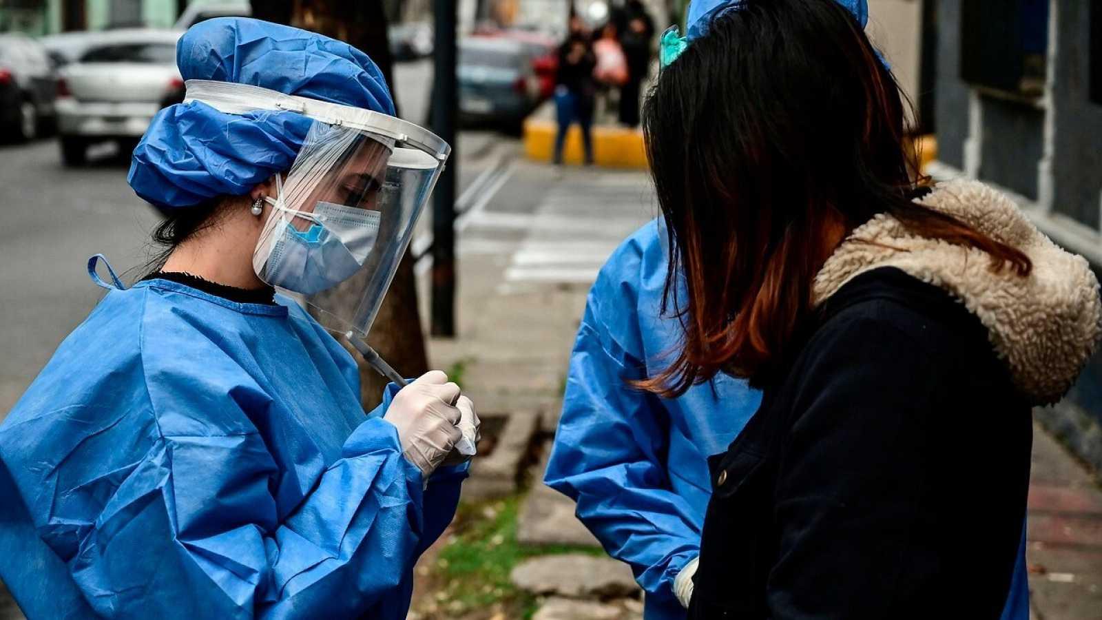 Rastreadores argentinos voluntarios buscan contactos de contagiados en Buenos Aires. RONALDO SCHEMIDT / AFP
