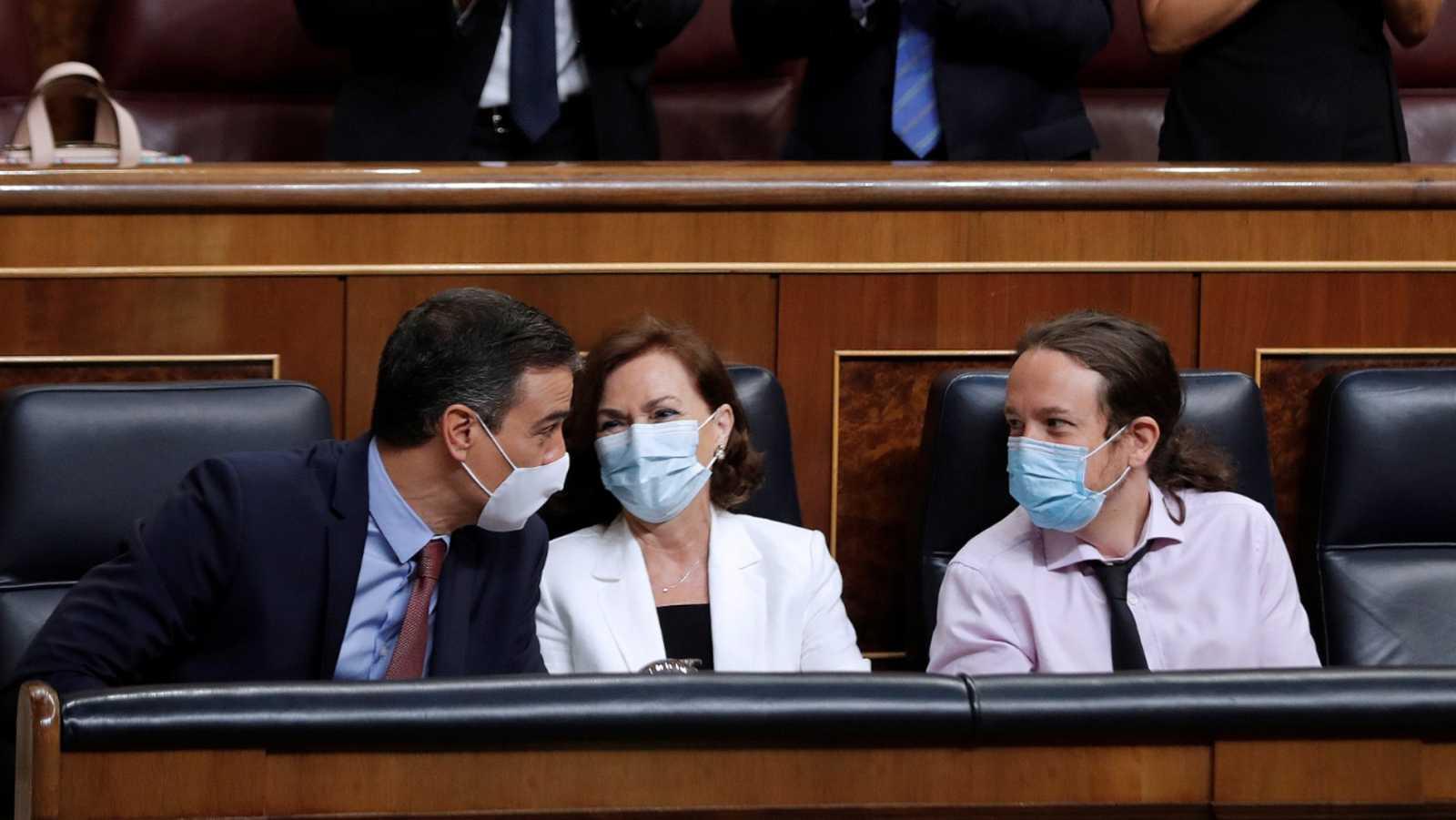 Pedro Sánchez junto a Carmen Calvo y Pablo Iglesias
