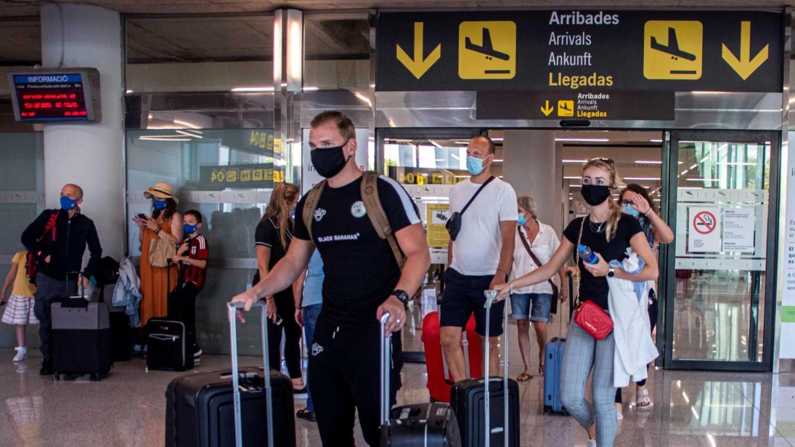 Viajeros en el aeropuerto de Son Sant Joan, en Palma de Mallorca