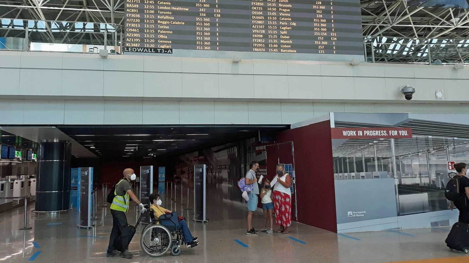 Turistas en el aeropuerto Fiumicino de Roma