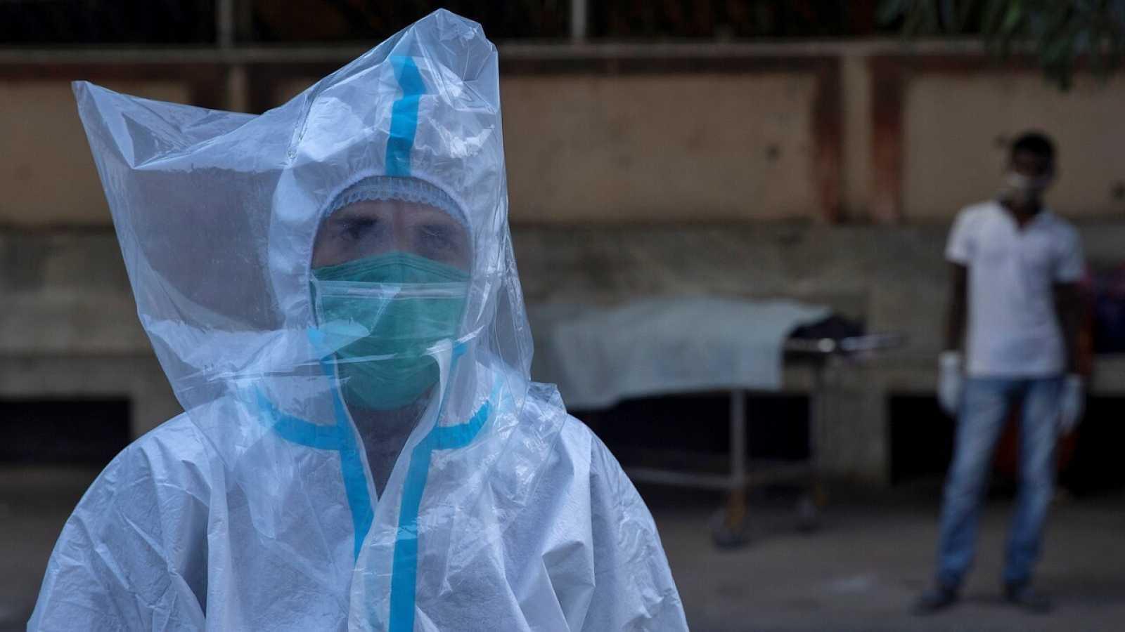 Sanitario con ropa protectora en la India. REUTERS/Danish Siddiqui