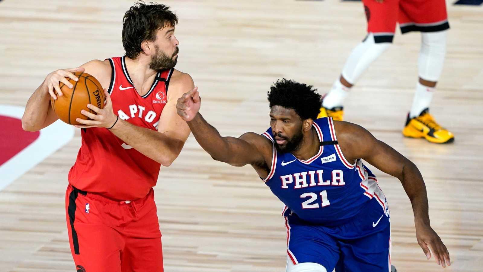 El pívot de Toronto Raptors, Marc Gasol mantiene la posesión ante un desesperado Joel Embiid