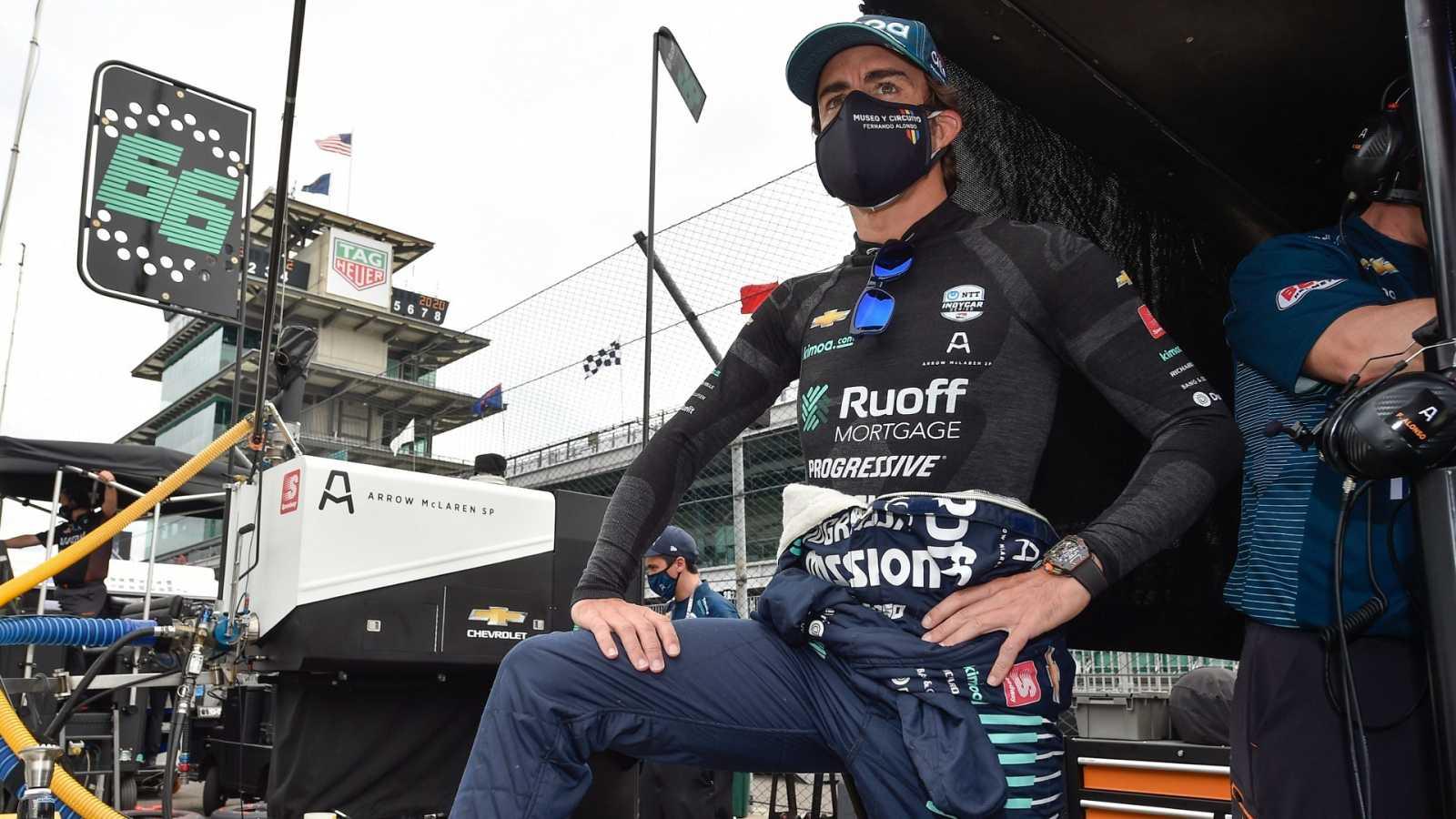 Fernando Alonso observa las prácticas del Indy 500 en el Indianapolis