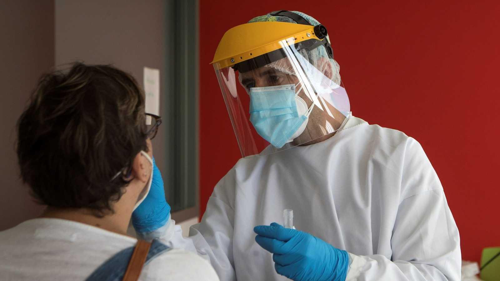 Un enfermero realiza un test PCR de coronavirus