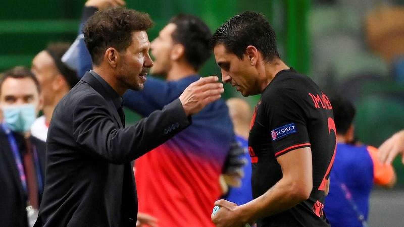 El entrenador del Atlético, Diego Simeone (i), consuela a Giménez al término del partido.