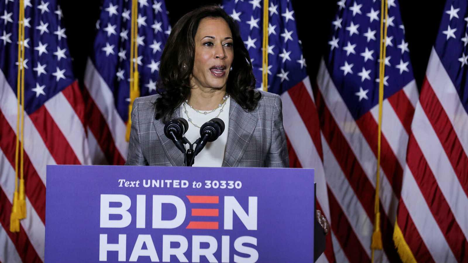 La candidata demócrata a la vicepresidencia de Estados Unidos, Kamala Harris, habla con los periodistas durante un evento de campaña en Wilmington, Delaware, Estados Unidos.