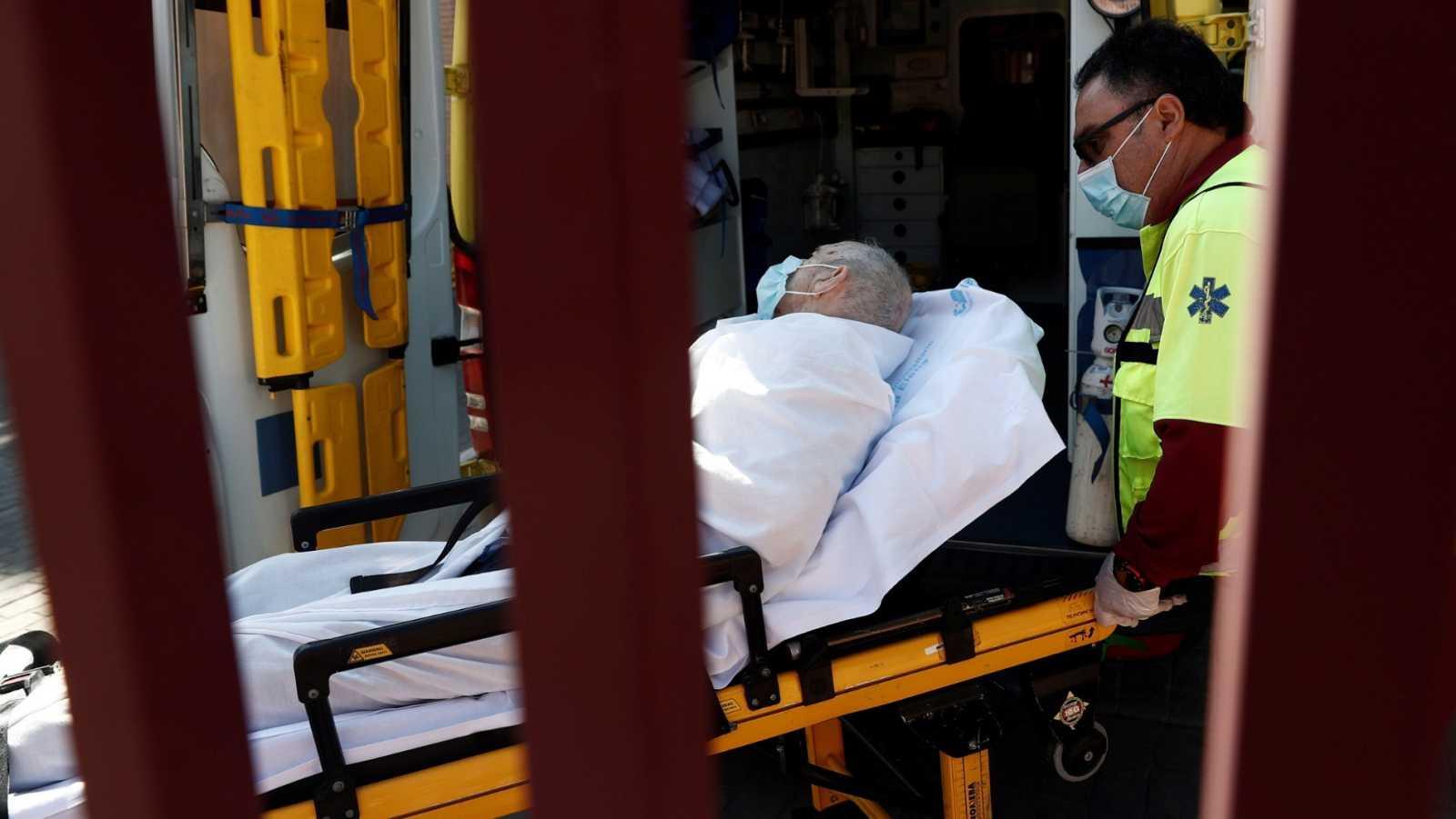 Traslado de un anciano en el Centro de mayores Casablanca de Valdemoro