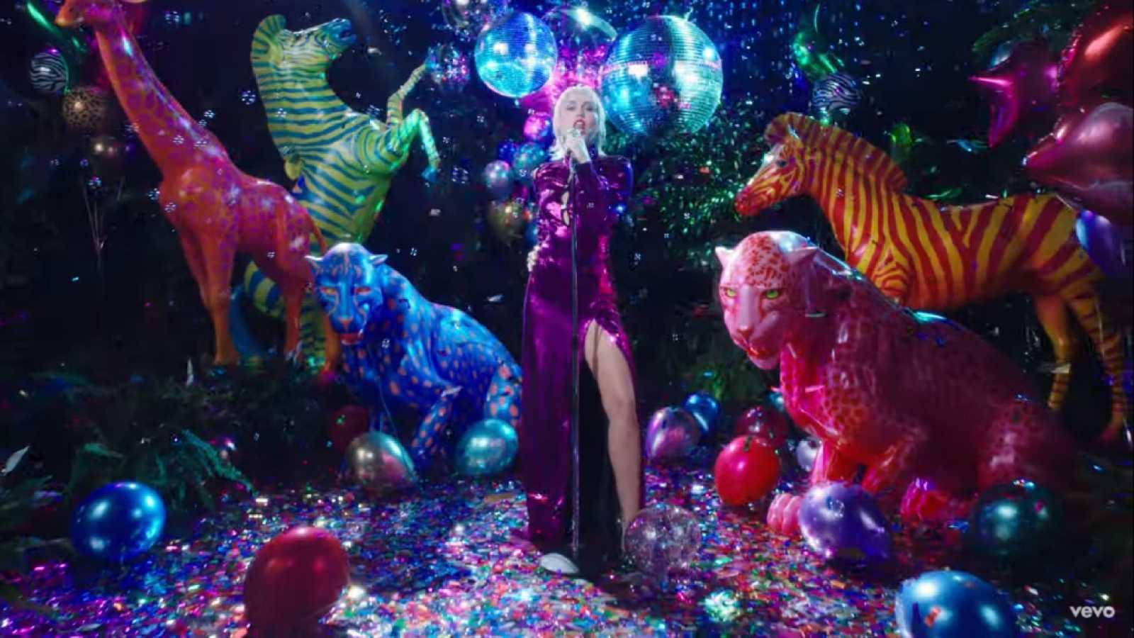 """Miley Cyrus regresa por todo lo alto con el videoclip de """"Midnight Sky"""""""