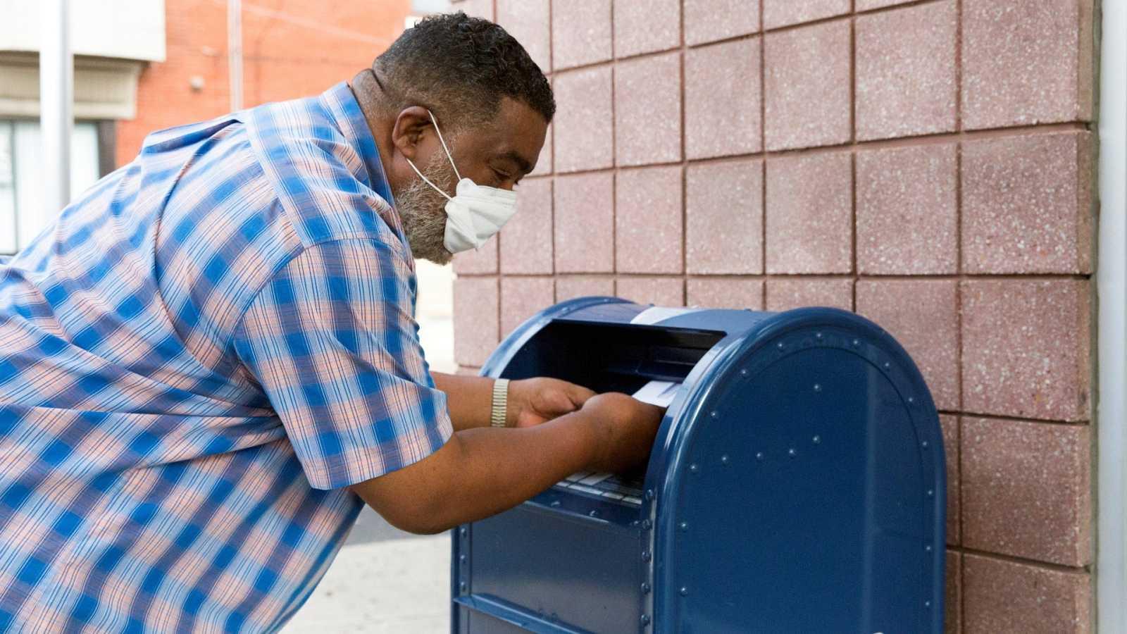 Un hombre utiliza el Servicio Postal este viernes en Philadelphia