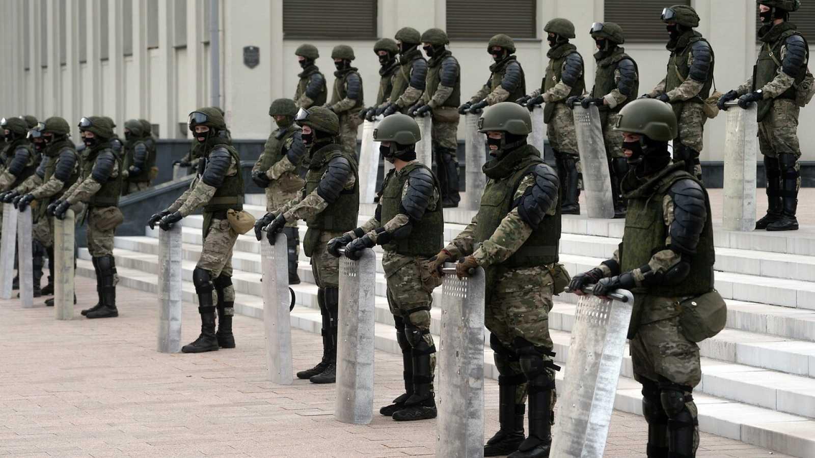 Miembros de las tropas del Ministerio del Interior bieloruso hacen guardia durante una manifestación en apoyo de la oposición