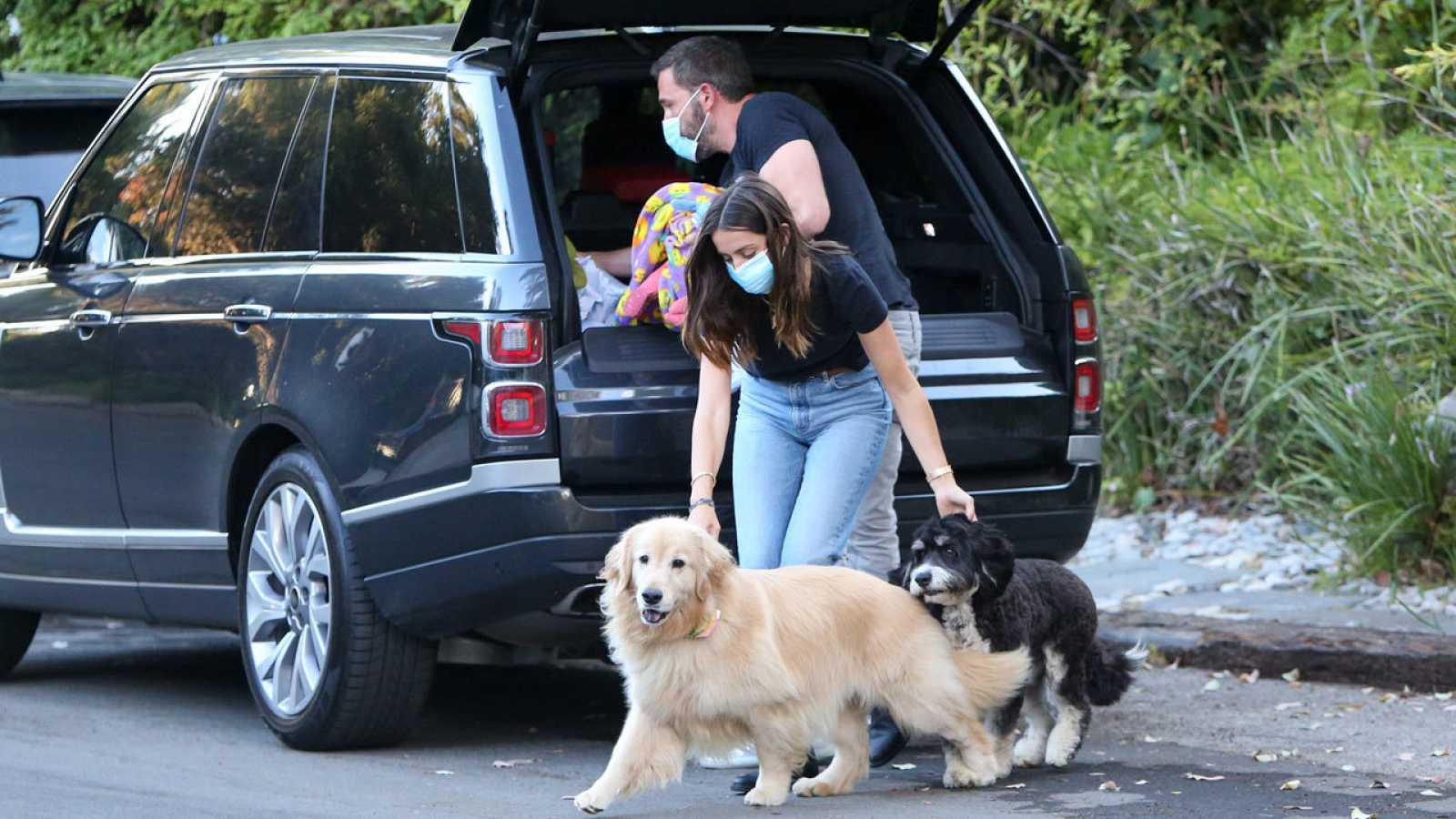 Ana de Armas con los perros de Ben Affleck en Los Ángeles