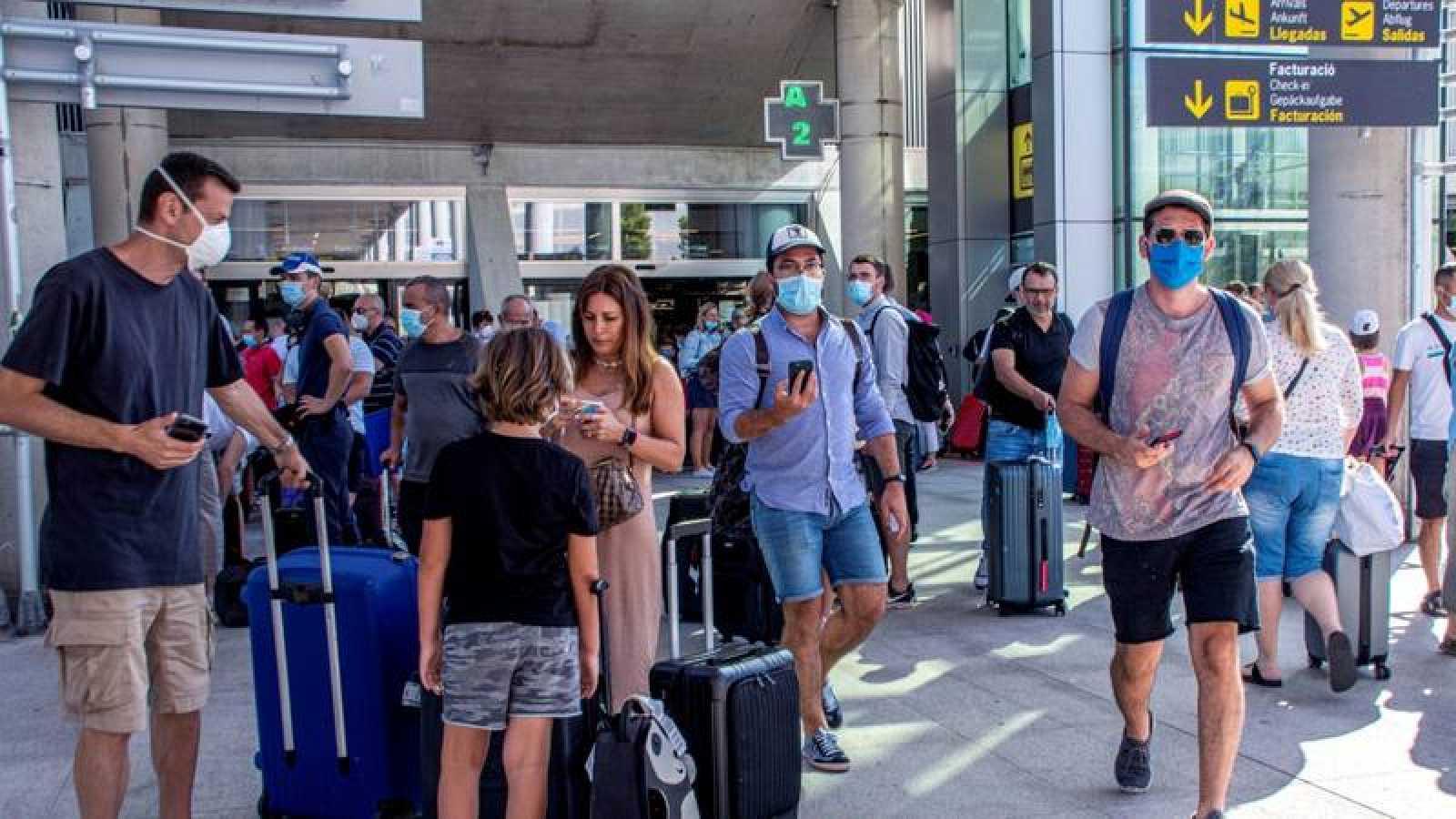 Viajeros en el aeropuerto de Son Sant Joan en Palma de Mallorca
