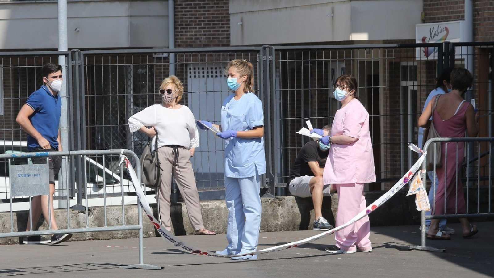 Un grupo de enfermeras del Servicio Vasco de Salud esperan para realizar pruebas PCR.