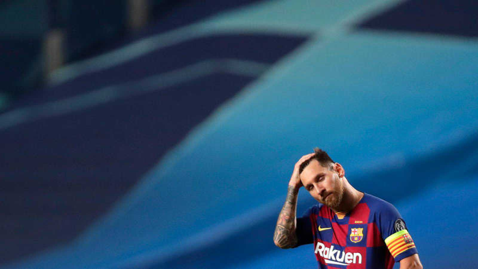 Messi se lleva una mano a la cabeza durante el partido ante el Bayern en Lisboa