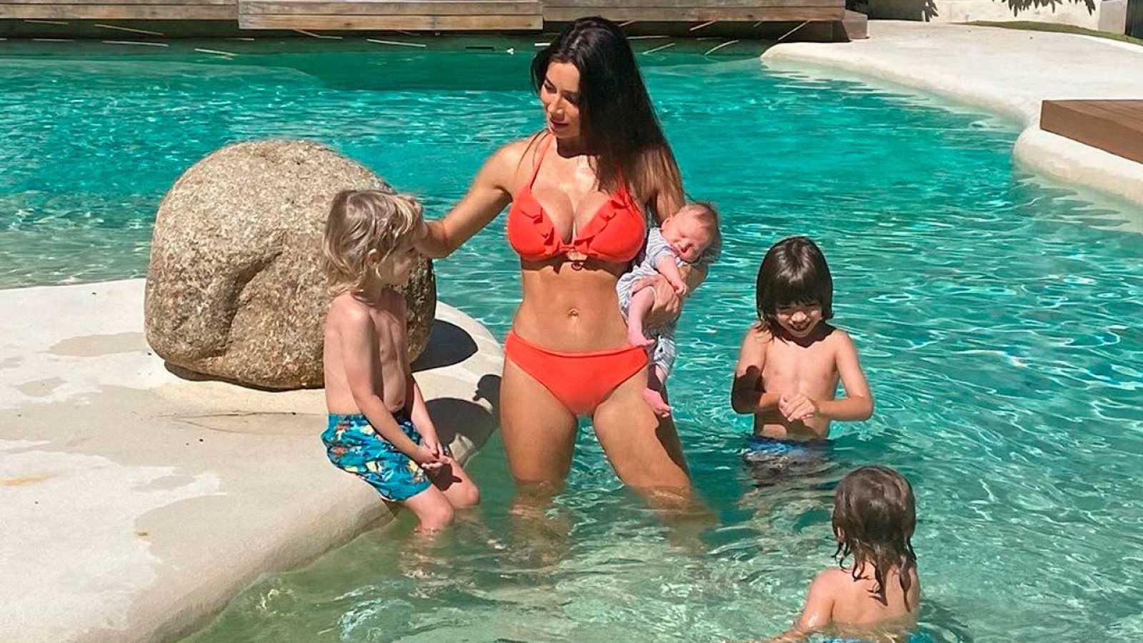 La imagen más veraniega de Pilar Rubio con sus cuatro hijos en la piscina