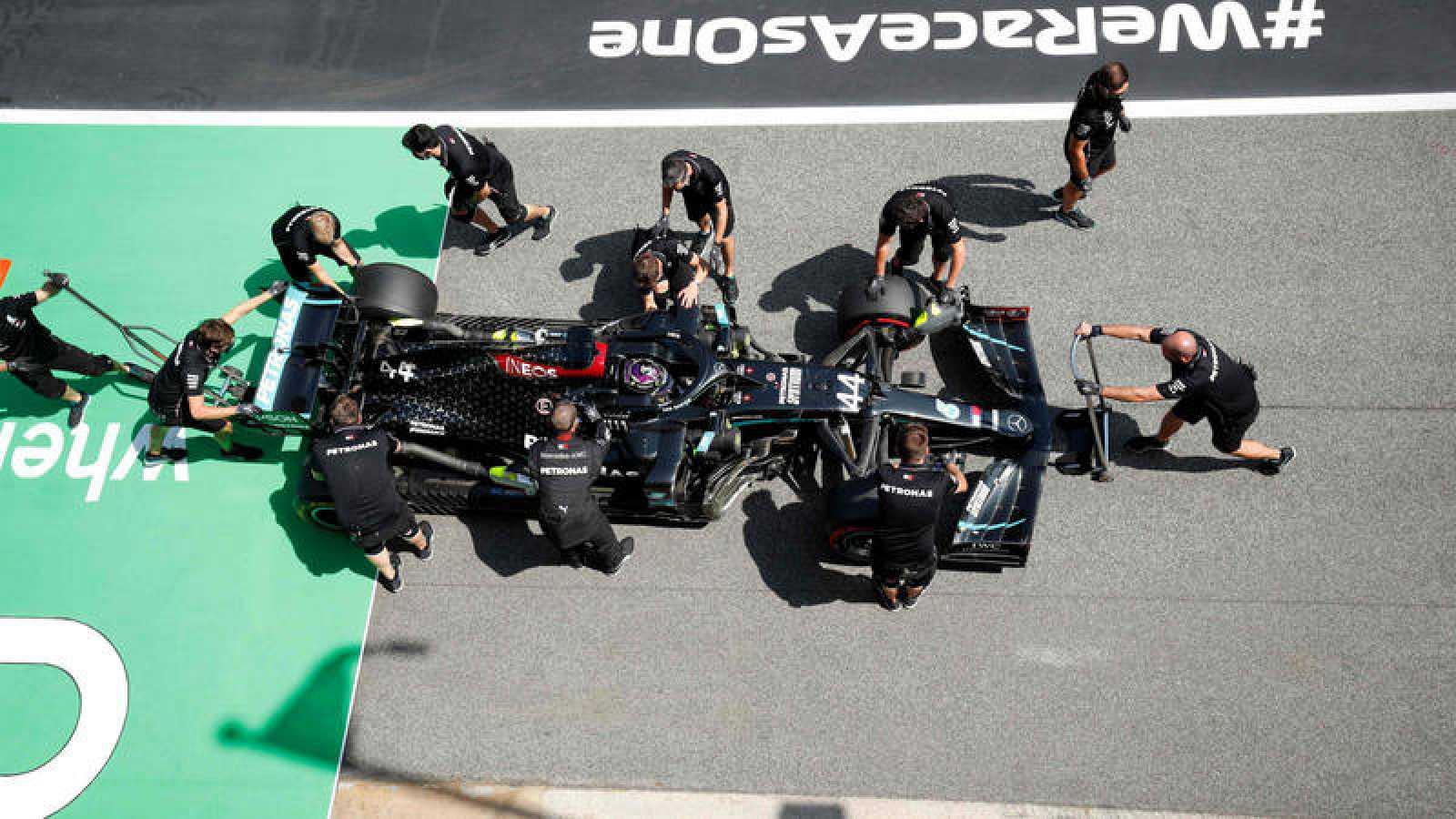 Los mecánicos de Mercedes trabajan en el monoplaza de Hamilton en Montmeló