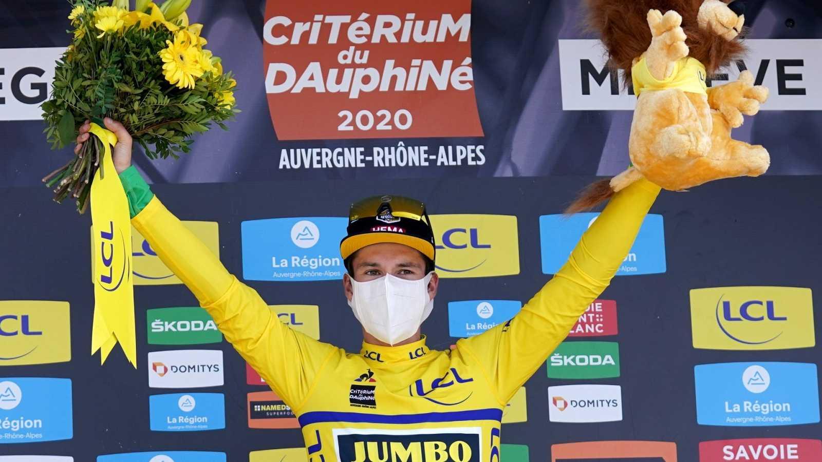 Primoz Roglic, en el podio durante la cuarta etapa del Dauphiné