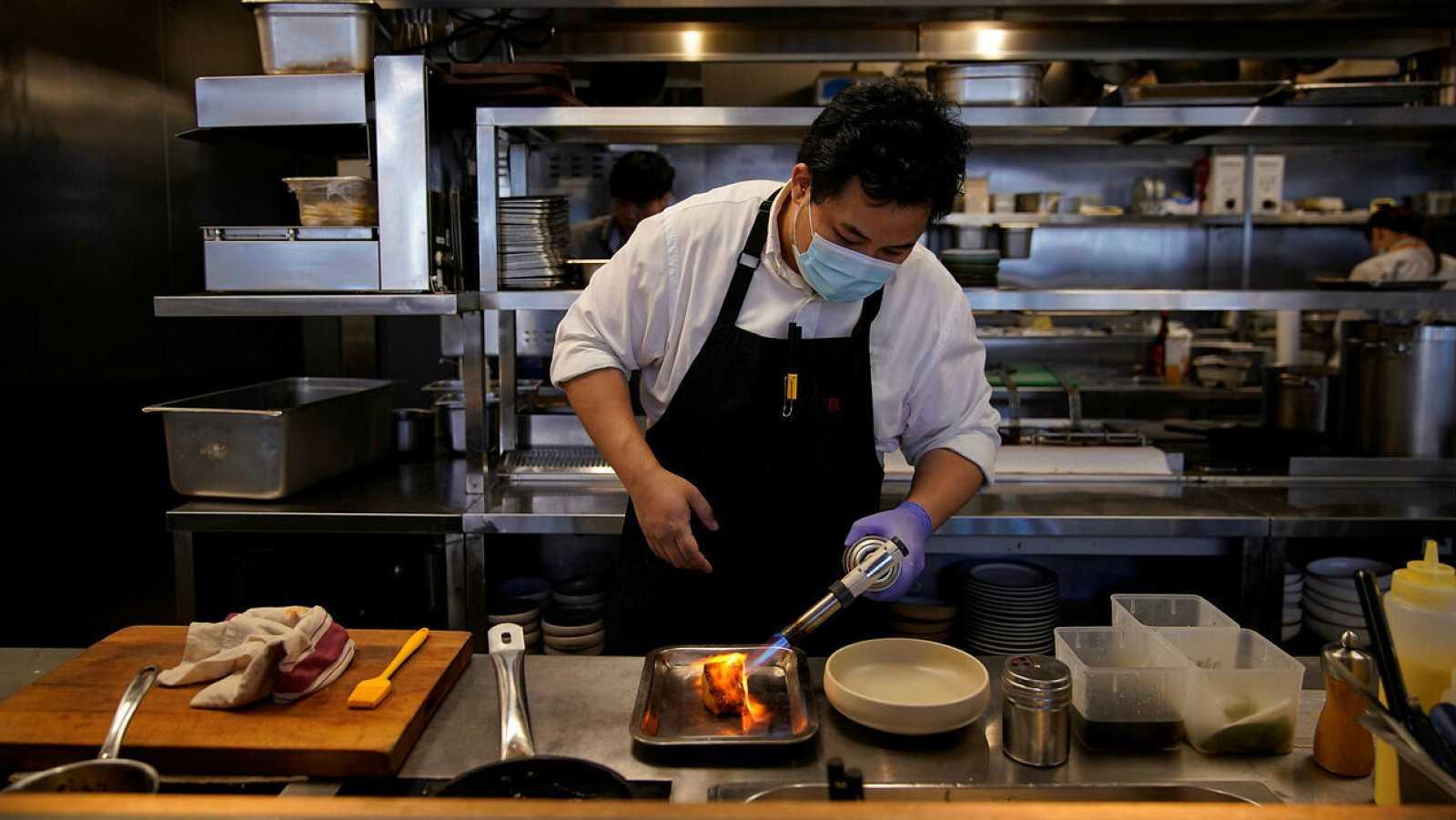 Un chef prepara un bacalao congelado en un restaurante de Shanghái, China.