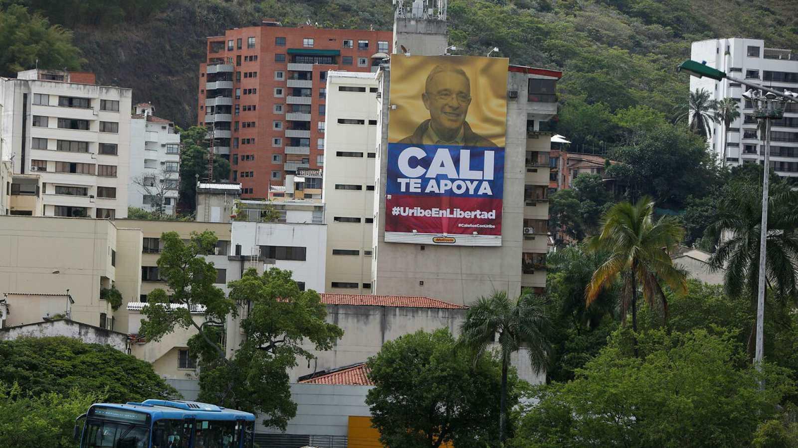 Vista de una valla publicitaria en apoyo al senador Álvaro Uribe, en una calle de Cali (Colombia).