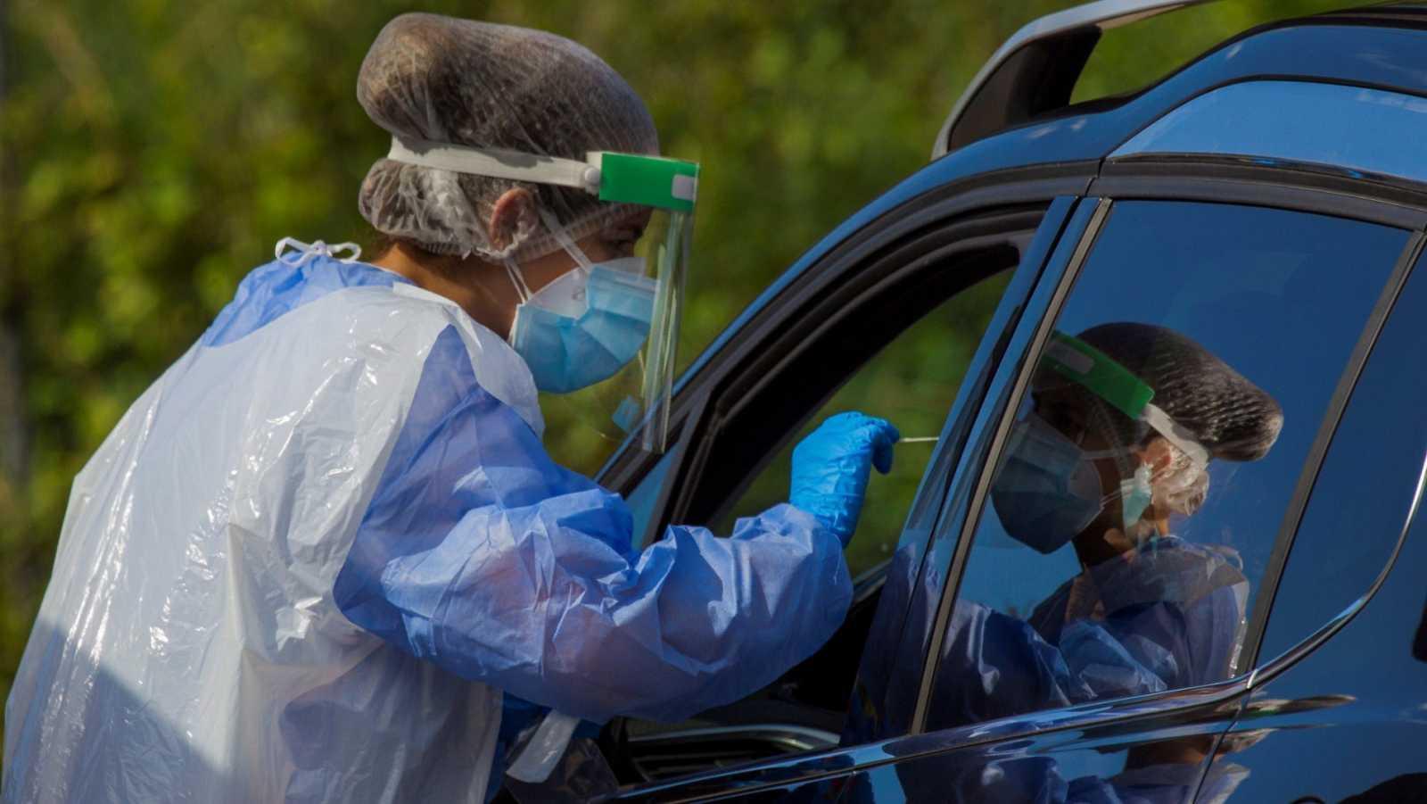 Miembros de los servicios de salud realizan pruebas PCR en Guadamia, Asturias