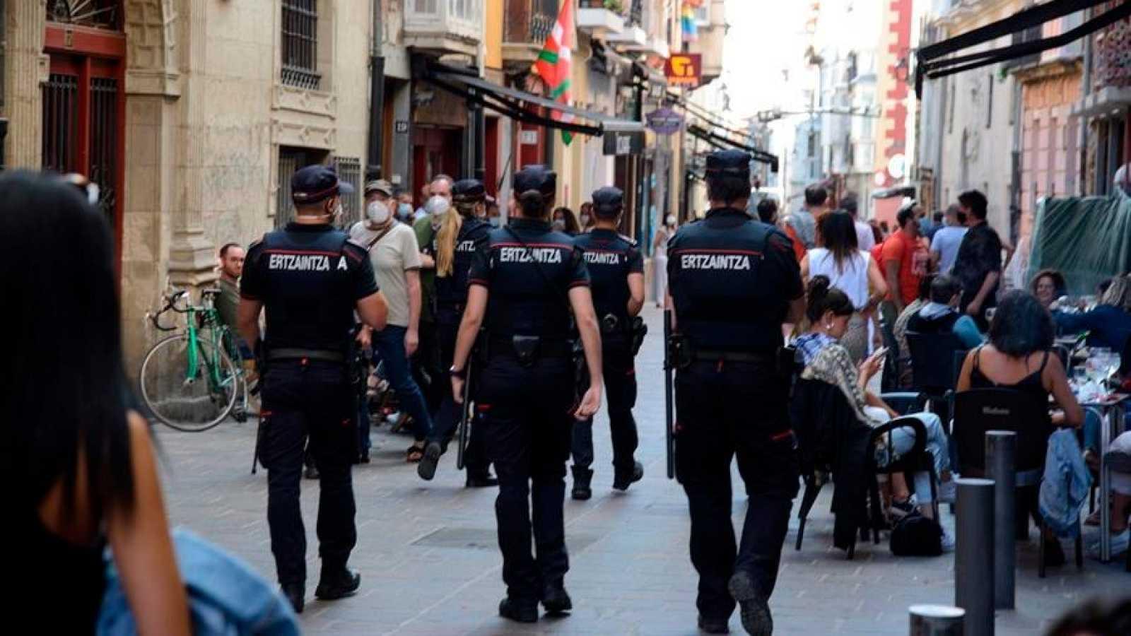 Agentes de la Ertzaintza vigilan las calles del casco viejo de Vitoria.