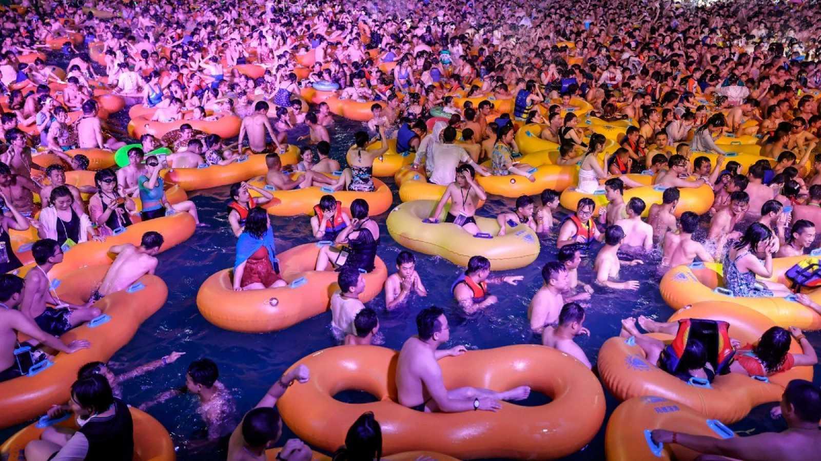 Un fiesta en un parque acuático congrega a miles de personas en Wuhan, que no notifica nuevos casos de coronavirus desde mayo