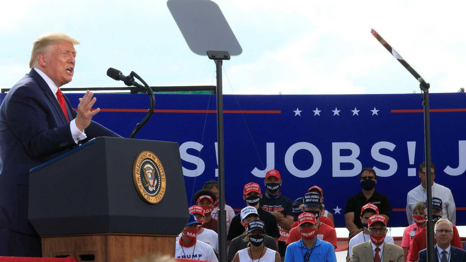 El presidente de Estados Unidos, Donald Trump, pronuncia un discurso en Basler Flight Service en Oshkosh, Wisconsin, Estados Unidos.