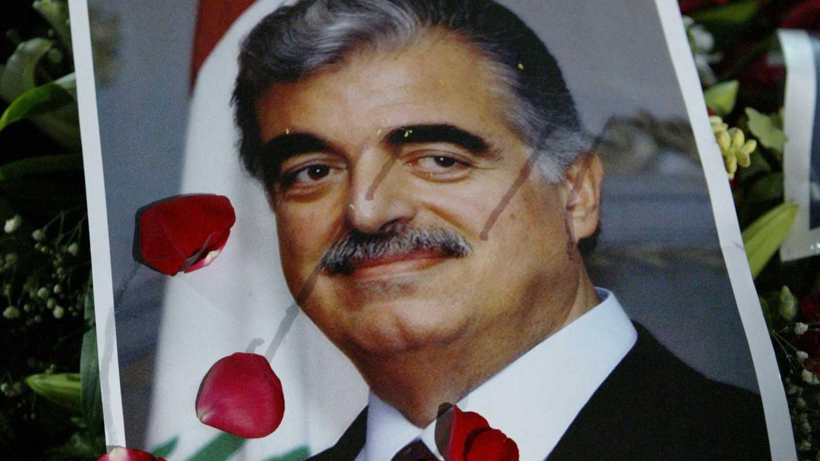 En esta foto de archivo tomada el 16 de febrero de 2005, la tumba del ex primer ministro libanés asesinado Rafiq Hariri (retrato) está cubierta de flores después de su funeral en el centro de Beirut.