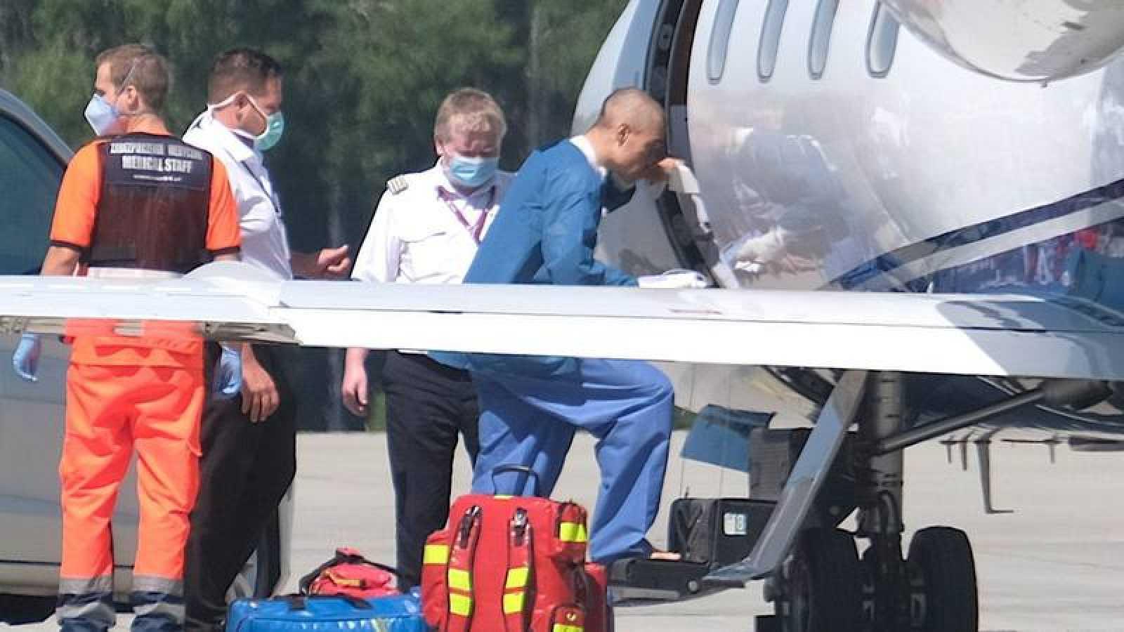 Fabio Jakobsen se sube al avión para ser trasladado a Holanda.