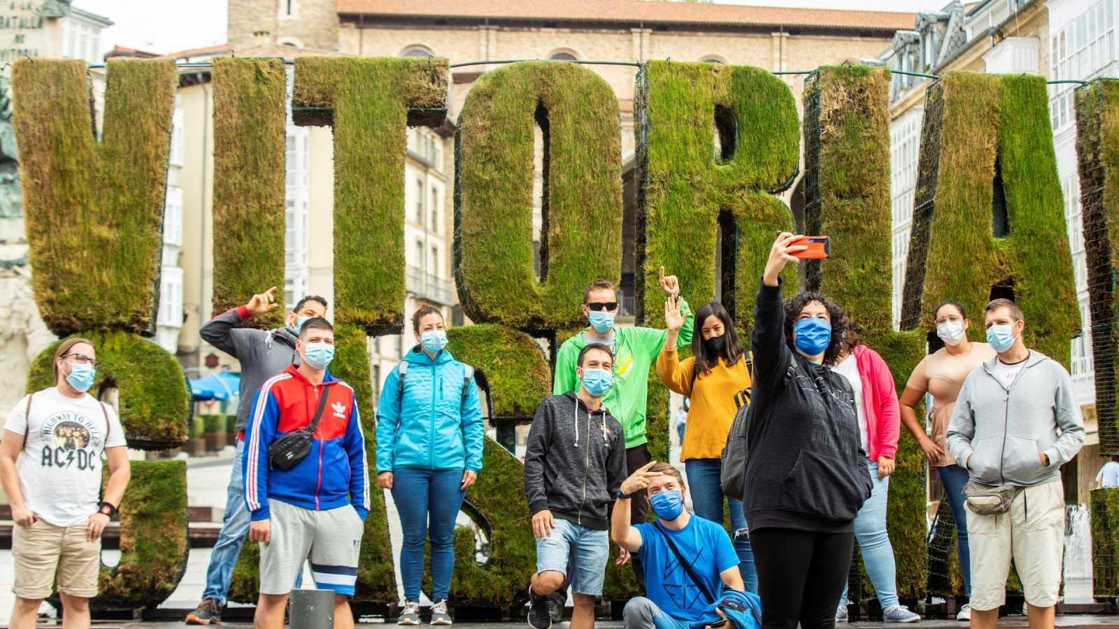 Un grupo de turistas se fotografía en el centro de Vitoria este pasado lunes