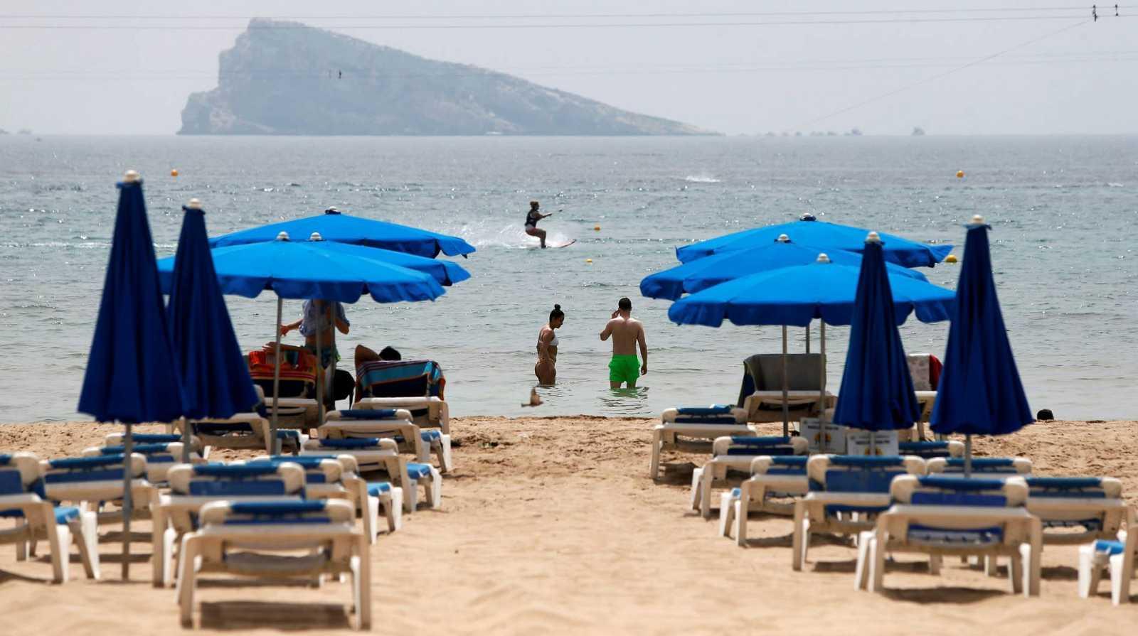 Inusual imagen de hamacas vacías en la playa de Benidorm (Alicante) en agosto