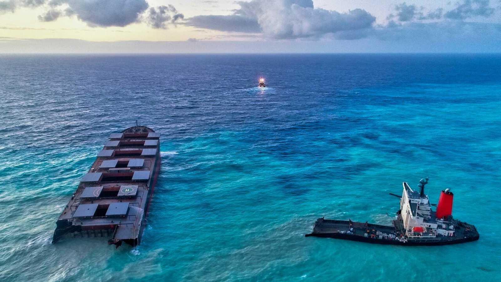 Imagen aérea del carguero encallado en Mauricio