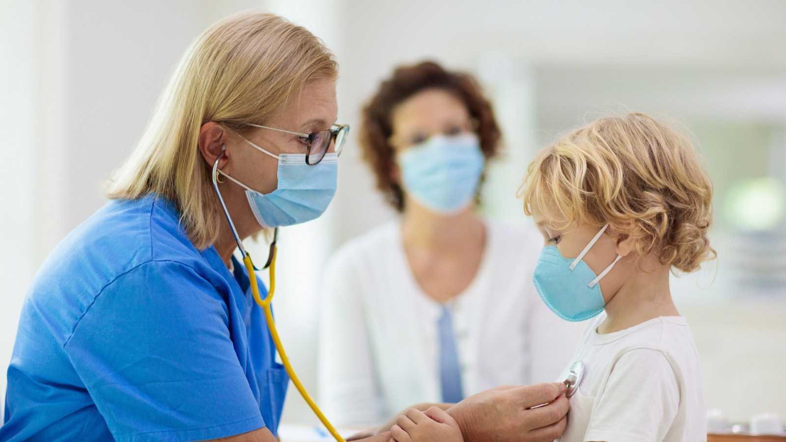 Una enfermera atiende a un niño