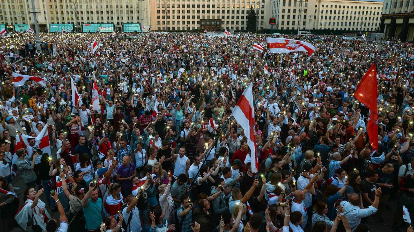 Gente asiste a una manifestación en apoyo de la oposición bielorrusa contra la brutalidad policial y los resultados de las elecciones presidenciales en Minsk, Bielorrusia.