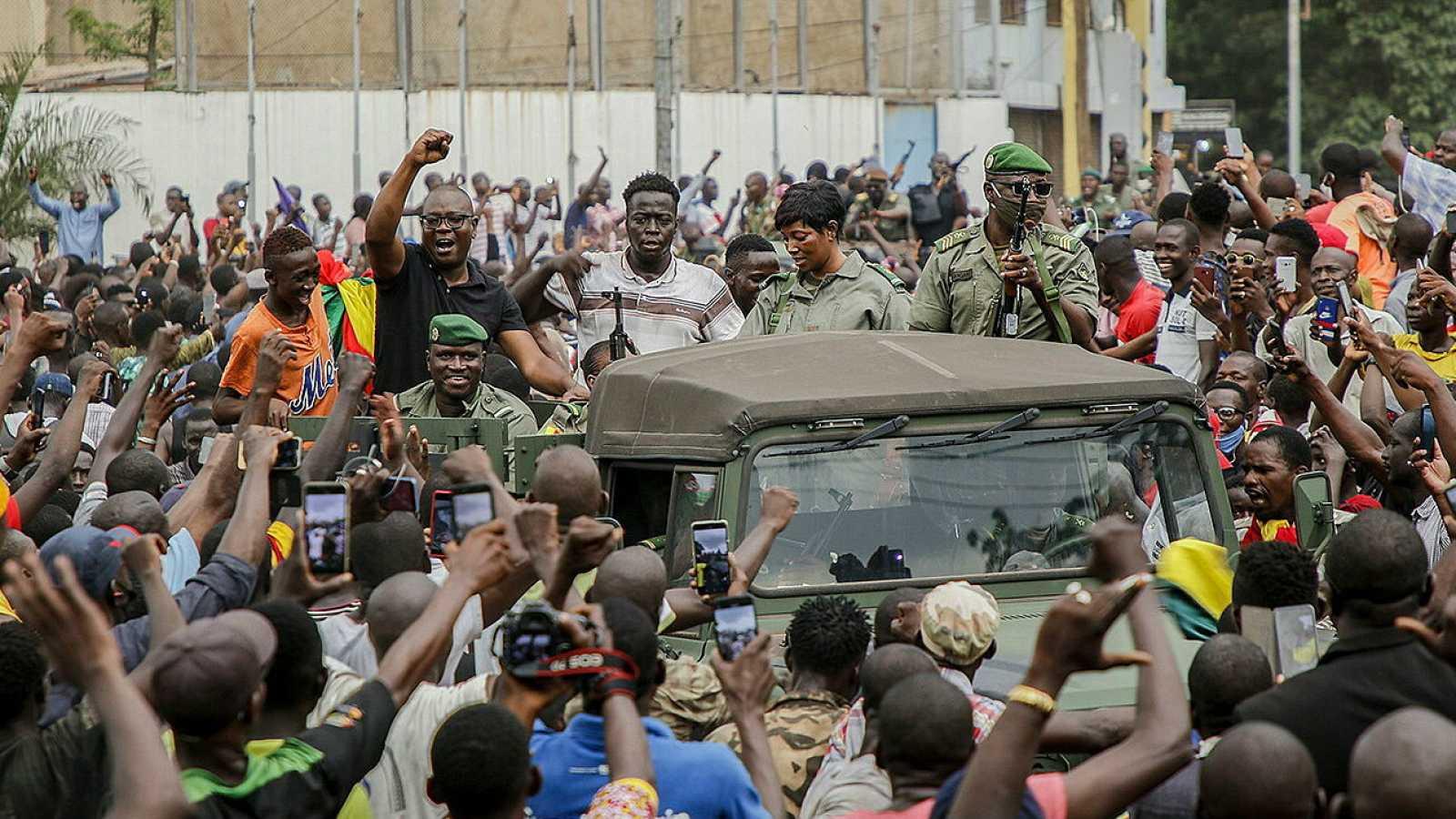 Ciudadanos de Mali vitorean al Ejército entrando en las calles de Bamako, Mali