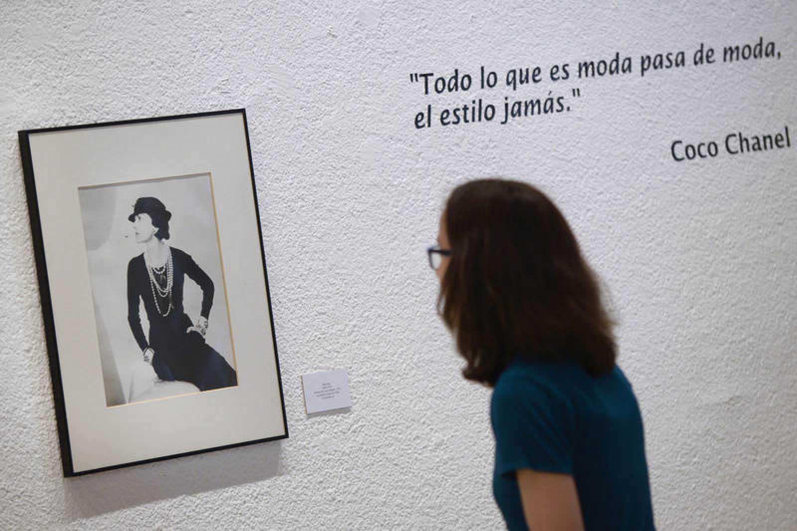 Una mujer observa en una exposición un retrato de Coco Chanel realizado por el fotógrafo Man Ray.