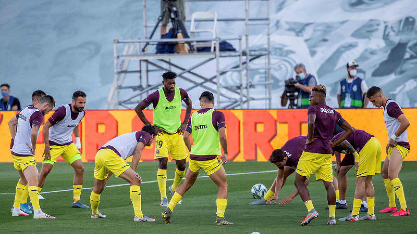 Los jugadores del Villarreal, en el calentamiento previo al encuentro frente al Real Madrid.