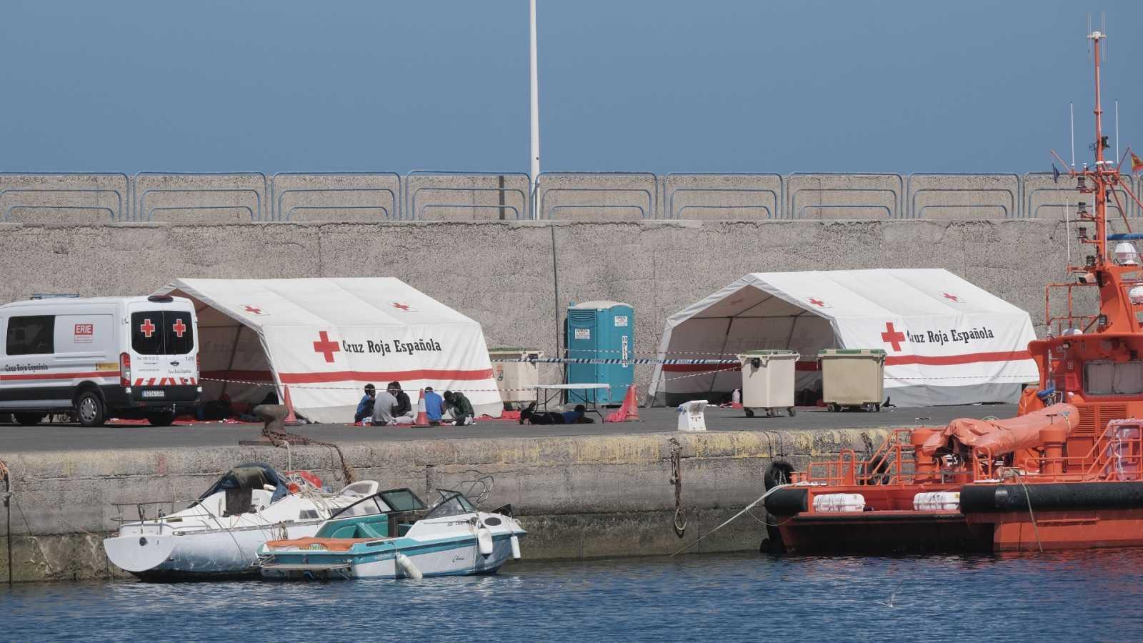 Un grupo de migrantes esperan en el puerto de Gran Canaria el 5 de agosto