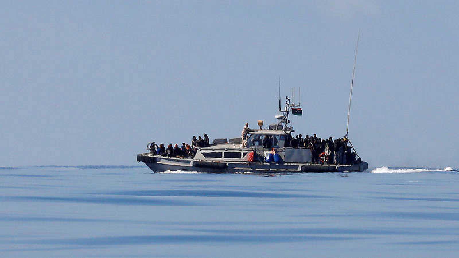 Imagen de archivo en la que aparece Un barco de los guardacostas libios con inmigrantes a bordo.