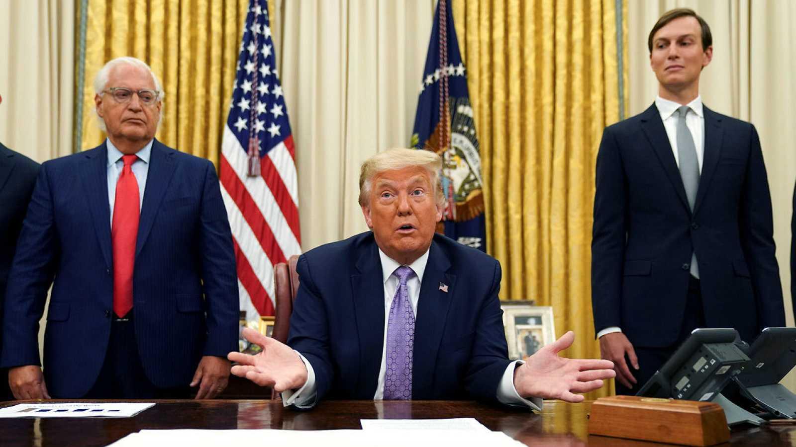 El embajador de Estados Unidos en Israel, David Melech Friedman, el asesor principal de la Casa Blanca, Jared Kushner, y el presidente de Estados Unidos, Donald Trump.