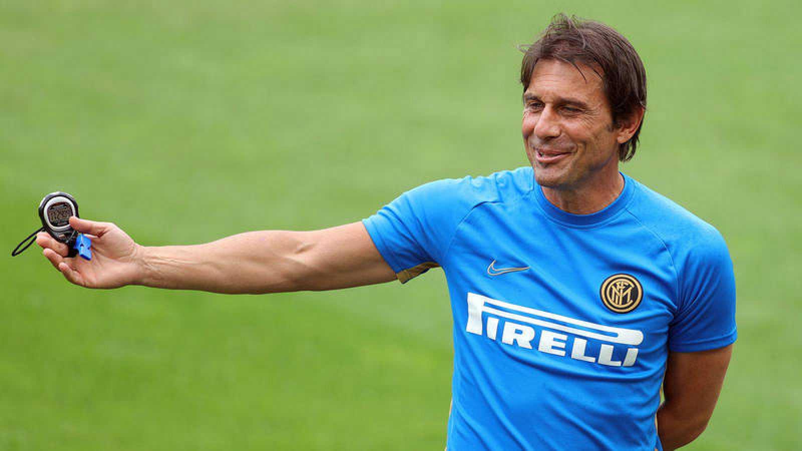El italiano Antonio Conte dirige un entrenamiento del Inter.