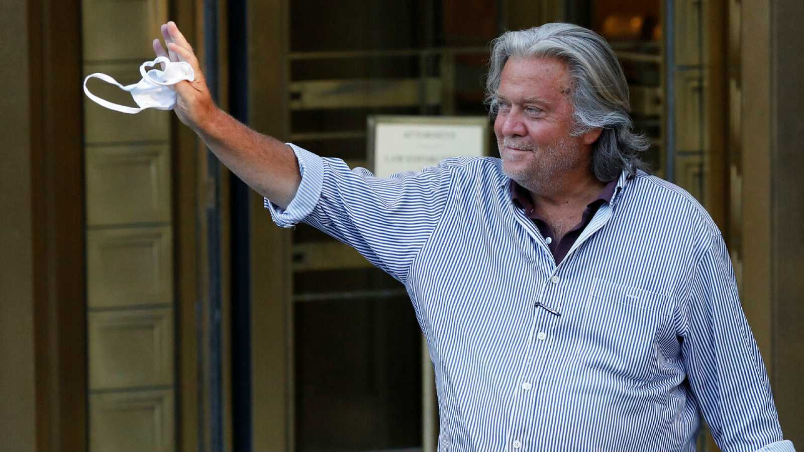 El exestratega jefe de la Casa Blanca, Steve Bannon, sale del Tribunal Federal de Manhattan.
