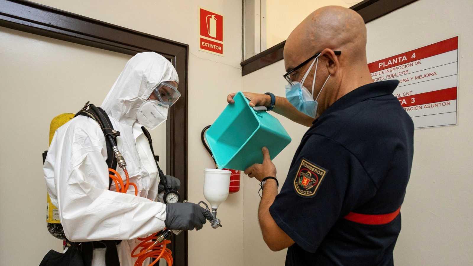 Un grupo de bomberos de Zaragoza desinfecta el ayuntamiento de esta ciudad
