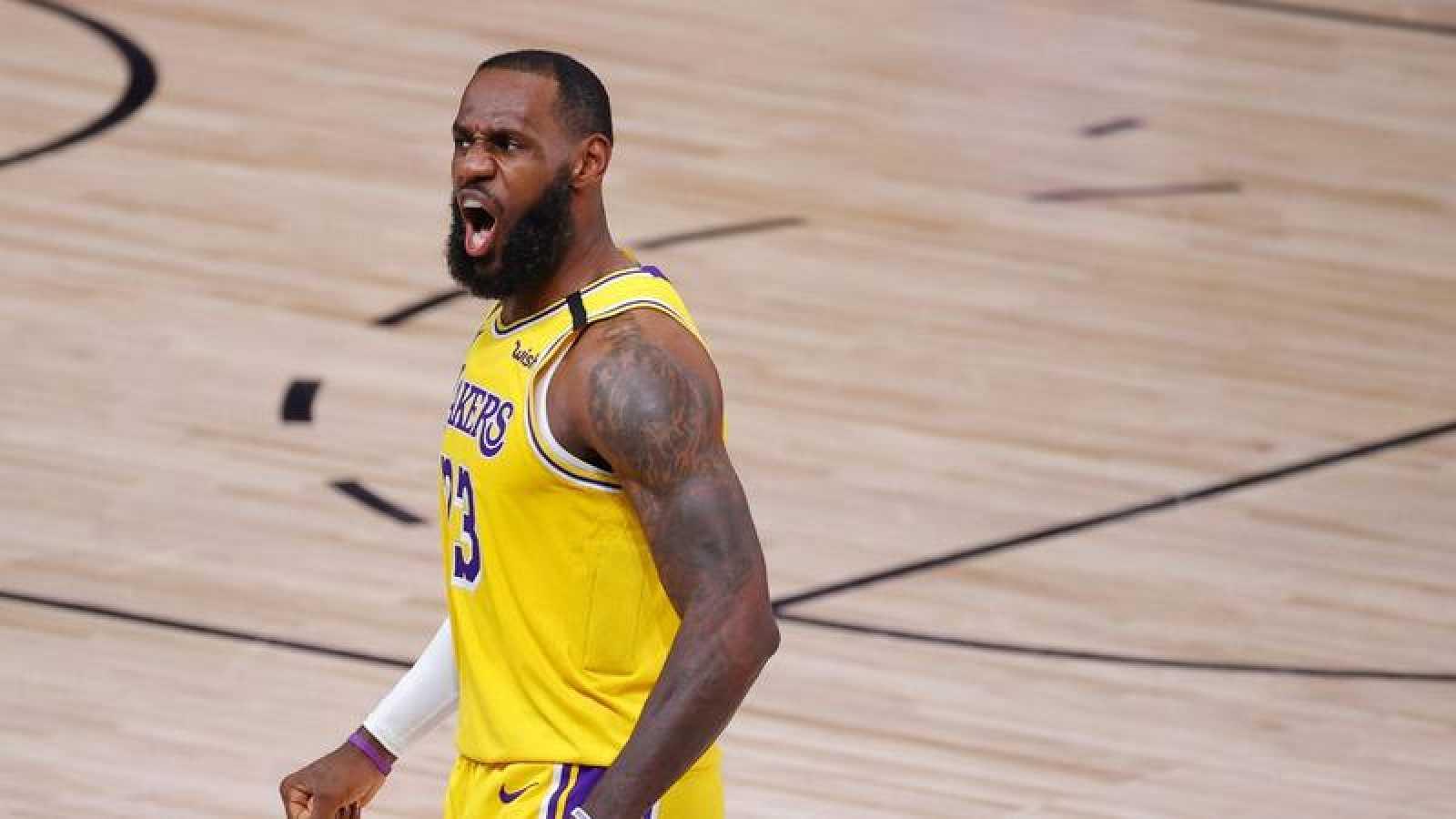 El jugador de Los Angeles Lakers, LeBron Jame, gesticula durante su partido ante los Portland Trail Blazers.