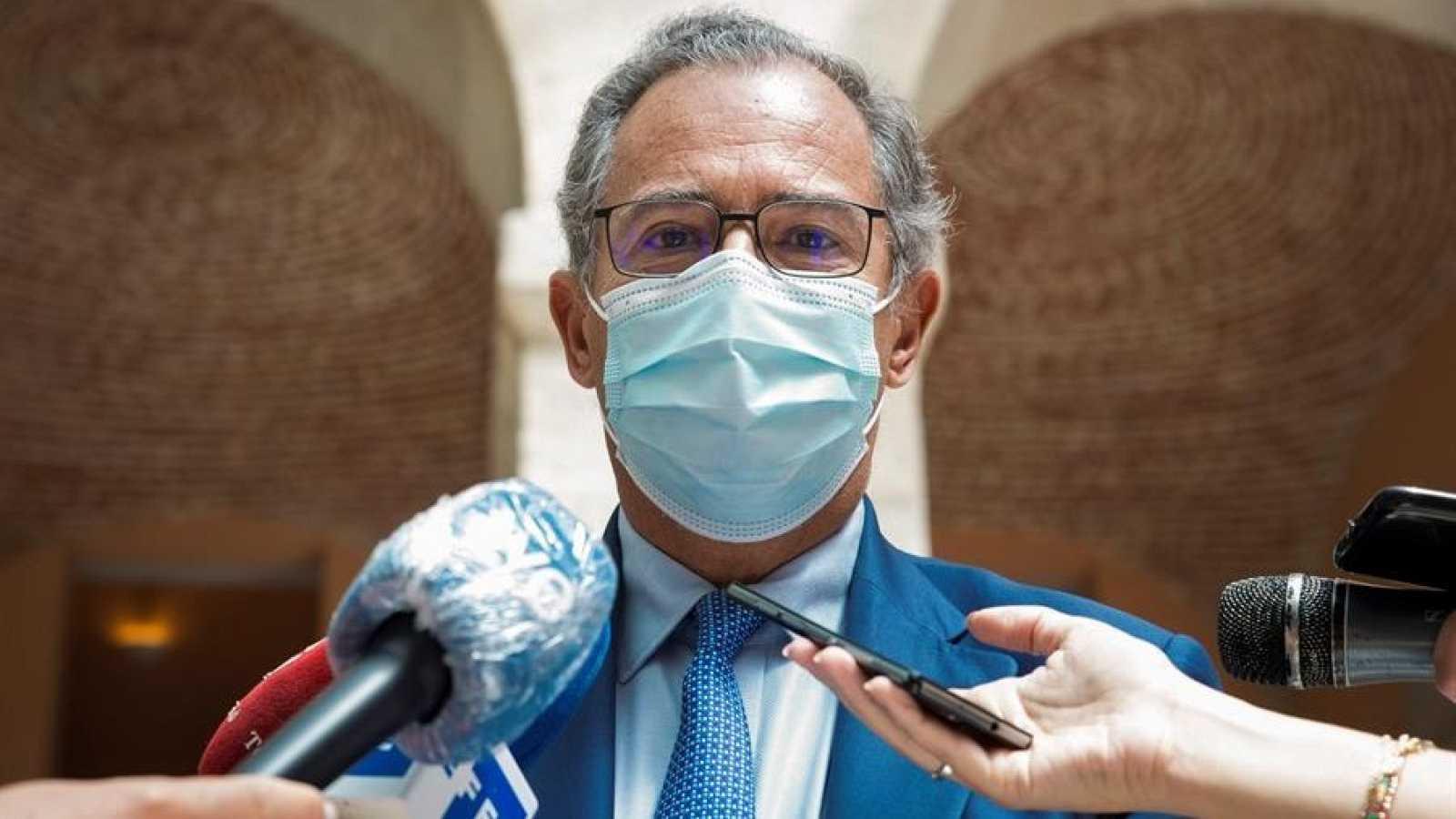 Enrique Ossorio (PP), consejero de Educación de la Comunidad de Madrid, con mascarilla, ante los micrófonos de los medios.